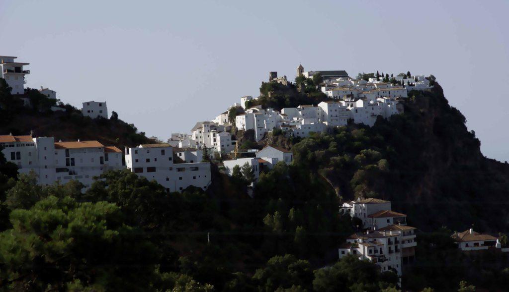 アンダルシアの白い村  カサレス遠望  スペイン